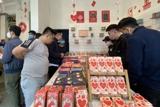 Xếp hàng dài mua quà, chi tiền triệu đặt tiệc Valentine