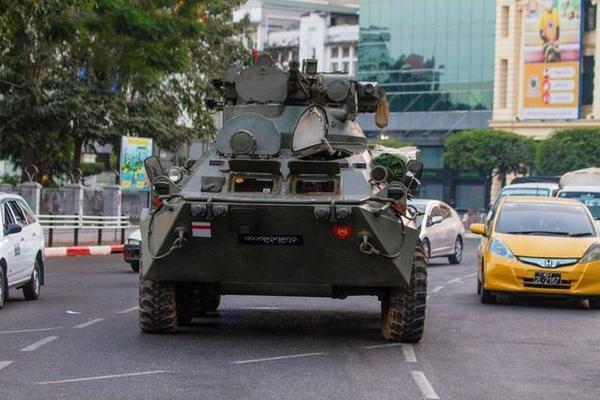 Quân đội Myanmar điều động xe bọc thép đối phó người biểu tình