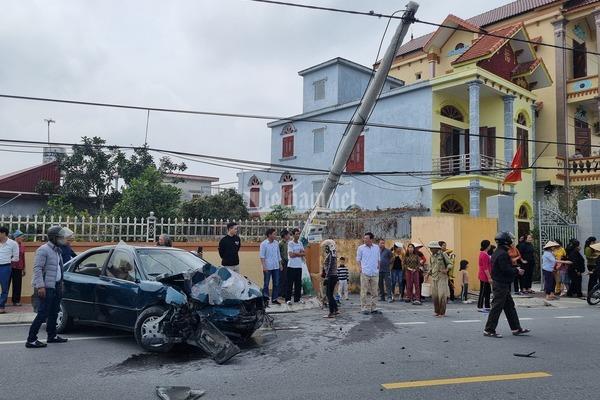 Tài xế lái xe biển xanh đâm đổ cột điện, dân hò nhau đập cửa cứu ra ngoài