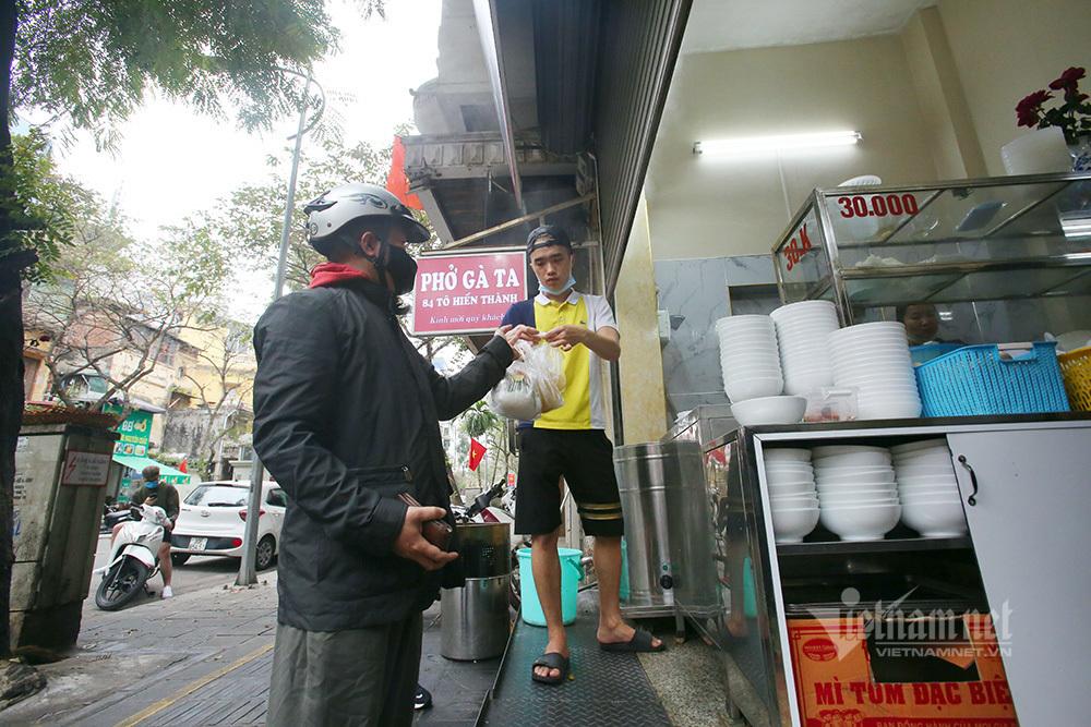 Hàng ăn ở Hà Nội được bán khi đảm bảo khoảng cách, khuyến khích mang về