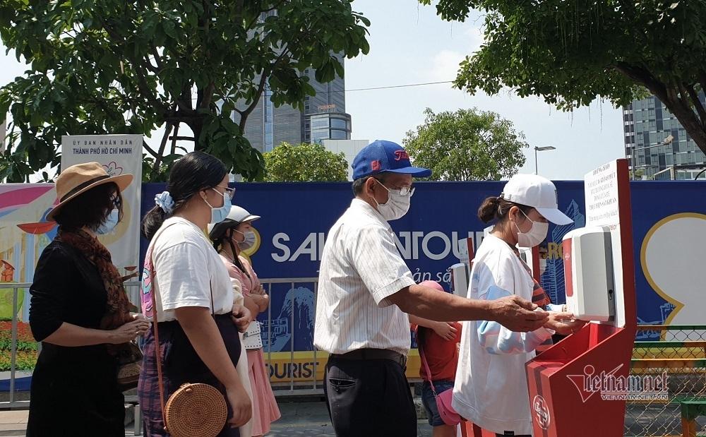 Đường hoa Nguyễn Huệ mở cửa ngày cuối, khách đội nắng đổ về du xuân
