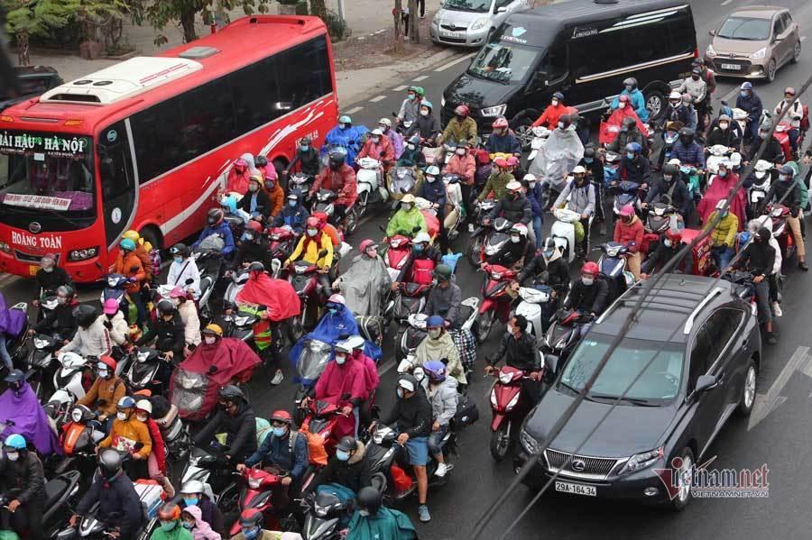 Người dân ùn ùn đổ về Thủ đô sau Tết, nhiều cửa ngõ ùn tắc