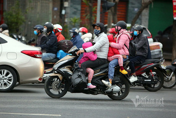Young families return to Hanoi after a long Tet holiday