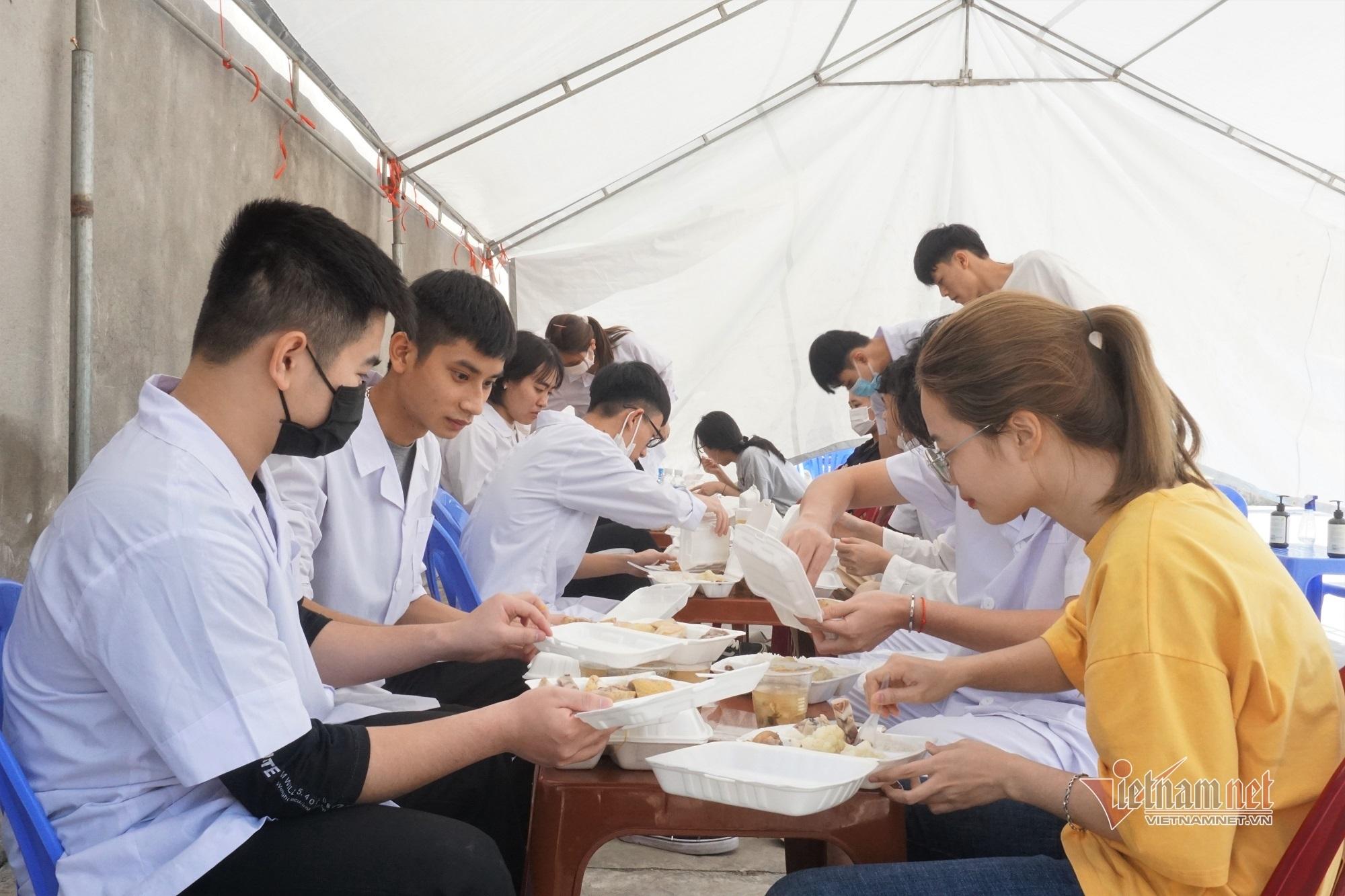 Những chuyến xe đáng nhớ của nhóm sinh viên tình nguyện vào tâm dịch