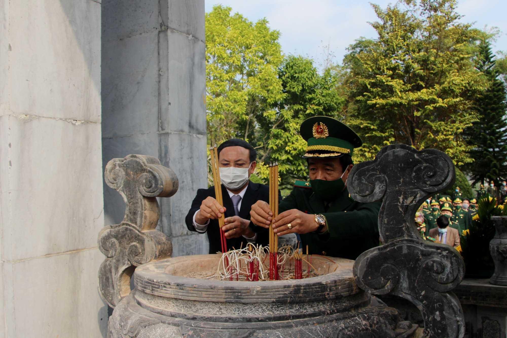 Dâng hương tưởng niệm các Anh hùng liệt sĩ bảo vệ biên giới phía Bắc