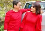 Chí Trung diện áo đỏ tươi vui bên bạn gái kém 17 tuổi