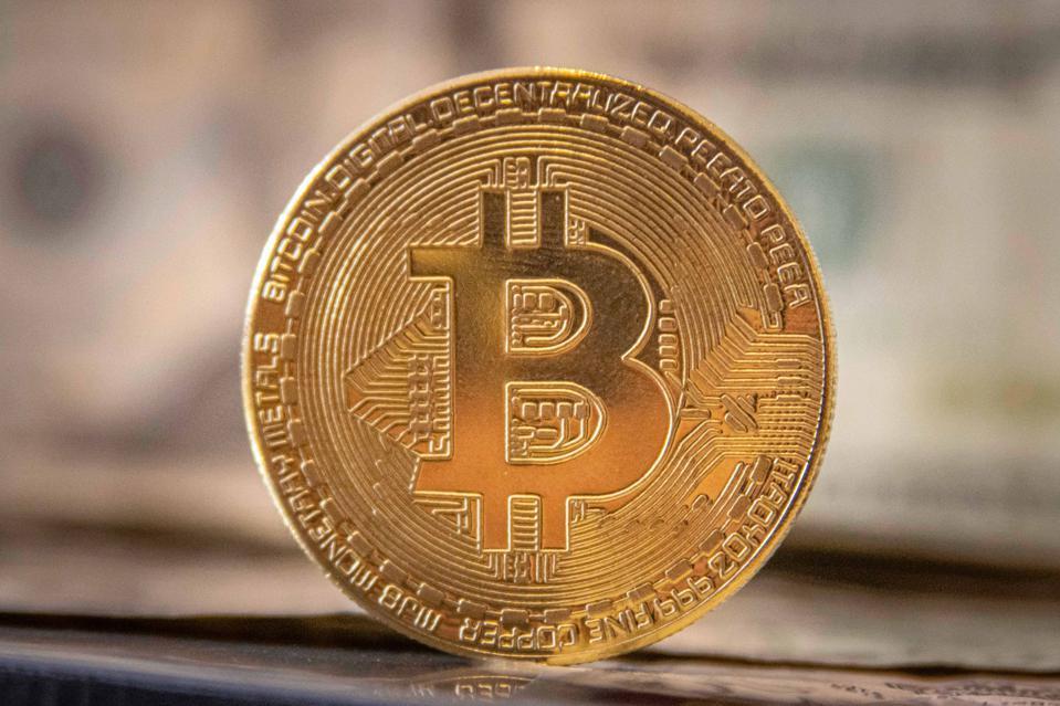 Bitcoin vượt mốc 50.000 USD: Kỷ lục lịch sử, nỗi sợ nổ tung