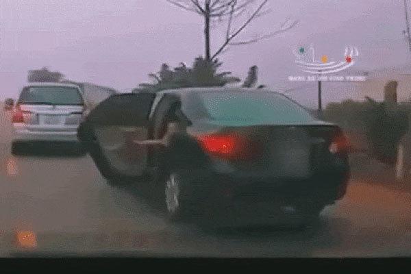 """Bé trai """"chơi dại"""" mở toang cửa xe khi ô tô đang lao vun vút mà tài xế không hề hay biết, người đi đường thót tim sợ hãi"""