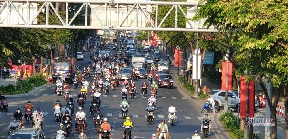 Đường phố Sài Gòn đông đúc ngày làm việc đầu năm