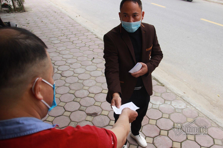 Dân vùng dịch Chí Linh nhận thẻ 3 ngày đi chợ một lần