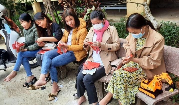 Người thầy mang lì xì bất ngờ đến hơn 4.000 học sinh Quảng Nam