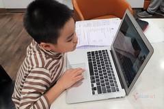 Trẻ 'mờ mắt' vì học online cả ngày trước máy tính