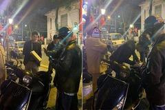"""Diễn viên Huỳnh Anh mở cửa ô tô bất cẩn, """"hạ gục"""" xe máy trên phố Tràng Thi"""