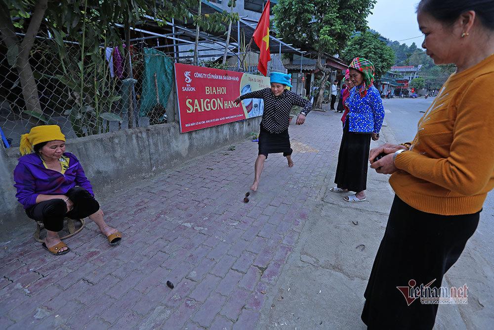 Chị em người Thái chơi Tết: Địu con trên lưng, vui xuân hết mình