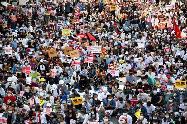 Người dân Myanmar tiếp tục xuống đường phản đối chính biến