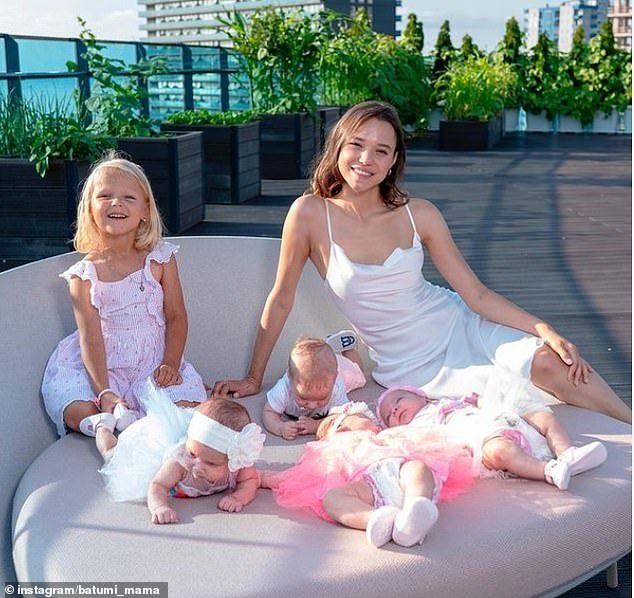Vợ chồng triệu phú thuê người đẻ hộ 10 đứa con trong 10 tháng