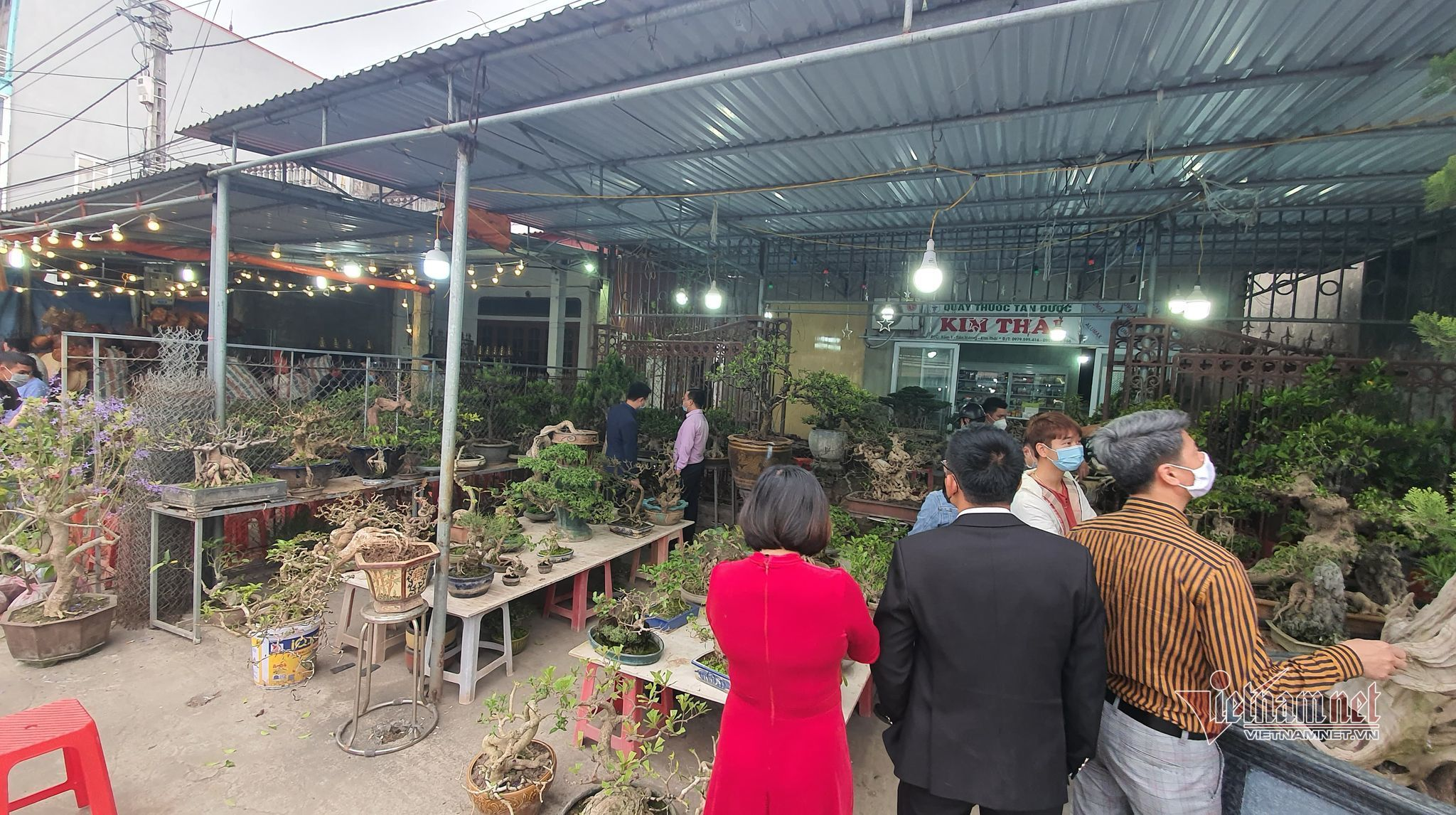 Bất chấp lệnh dừng họp chợ, du khách vẫn tìm đến mua may ở chợ Viềng