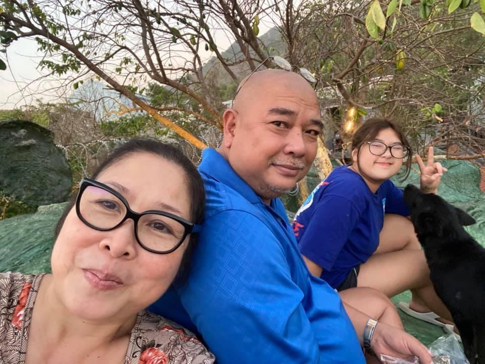 NSND Hồng Vân hạnh phúc bên Lê Tuấn Anh và con gái
