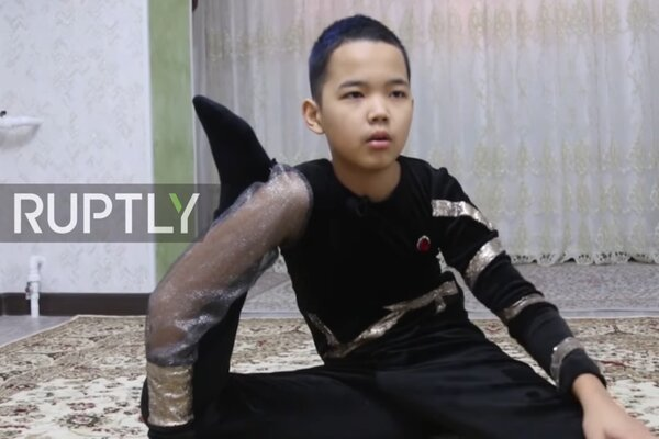 Kỹ năng uốn dẻo đáng kinh ngạc của cậu bé 13 tuổi