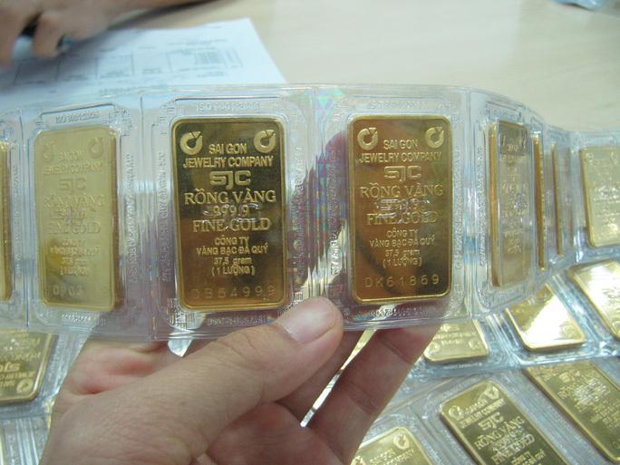 Vì sao giá vàng SJC cao hơn thế giới trên 7 triệu đồng/lượng?