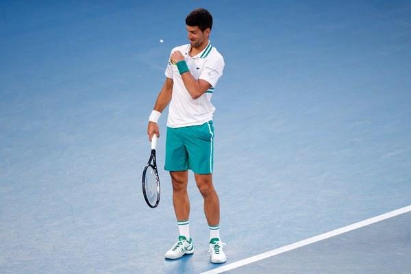 """Djokovic bị """"khách không mời"""" phá đám"""