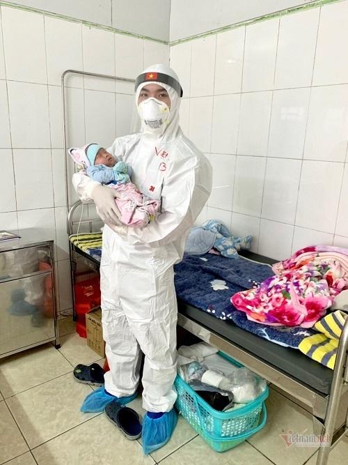 Bệnh nhi Covid-19 nhỏ tuổi nhất Việt Nam được ra viện