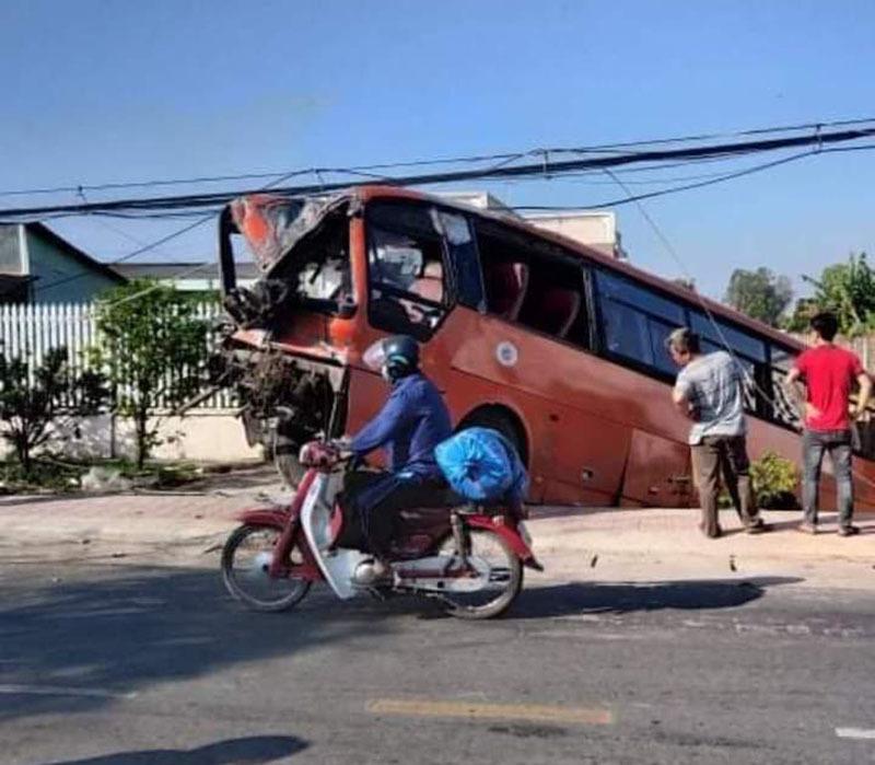 Xe chở công nhân tông vào cột điện, tài xế tử vong tại chỗ