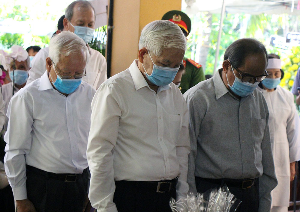 Nguyên Chủ tịch nước Nguyễn Minh Triết cùng nhân dân tiễn biệt nguyên Phó Thủ tướng Trương Vĩnh Trọng