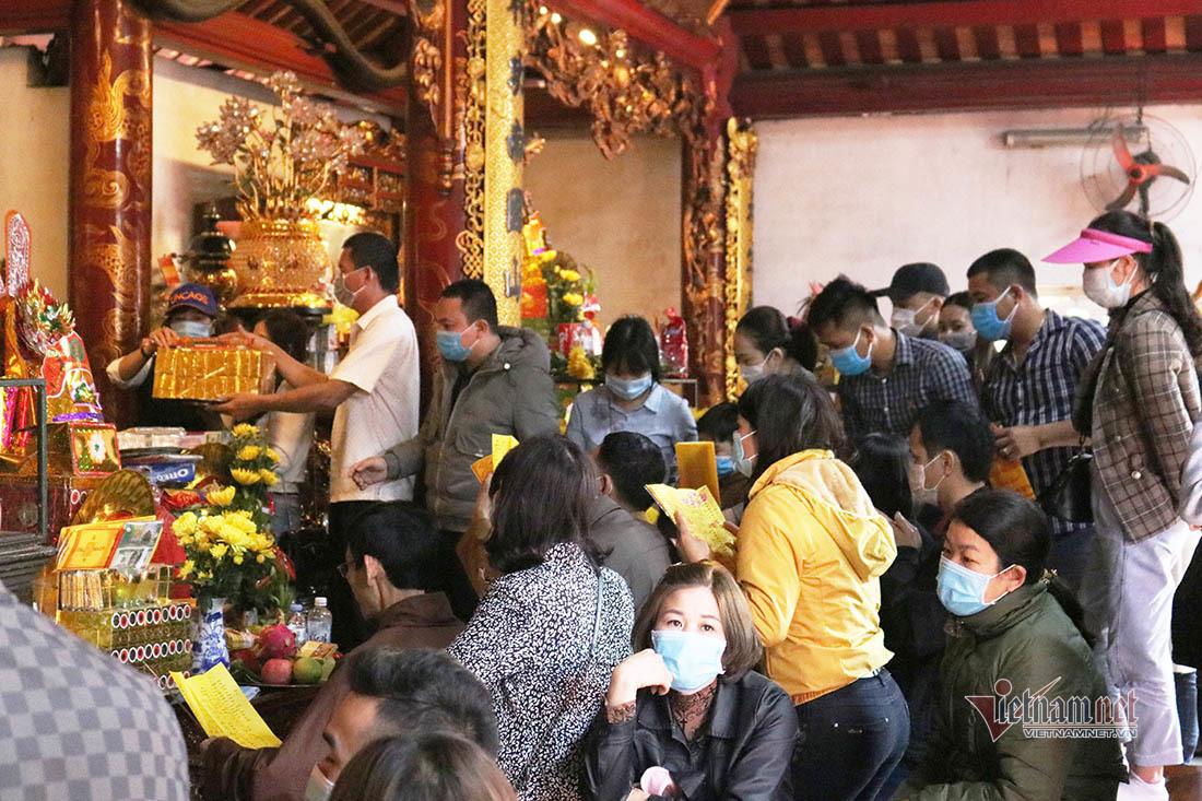 Đo thân nhiệt cho hàng vạn người đến lễ đền ông Hoàng Mười