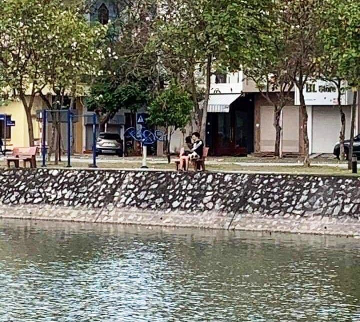 Hôn nhau ở công viên giữa đại dịch, đôi trẻ Hải Dương bị phạt 4 triệu đồng