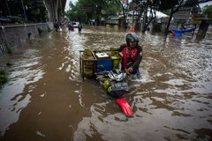 Thủ đô Indonesia ngập lụt, hàng nghìn người đi sơ tán