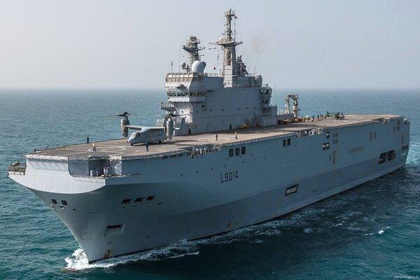 Uy lực tàu đổ bộ tấn công Pháp điều đến Biển Đông