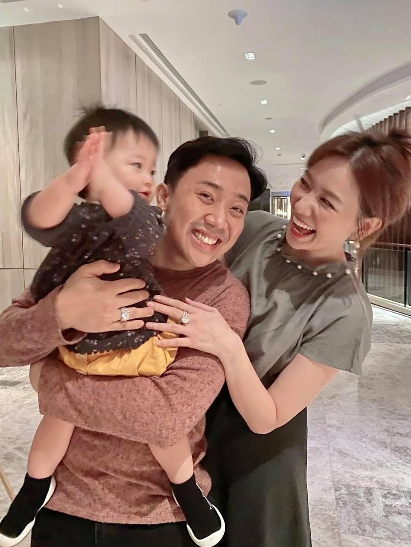 Vợ chồng Việt Hương thắp hương cho danh hài Chí Tài