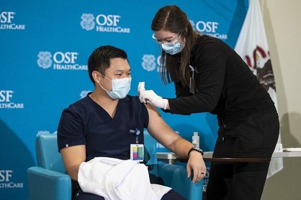Hãng AstraZeneca lên tiếng sau khi nhiều nước ngừng tiêm vắc-xin