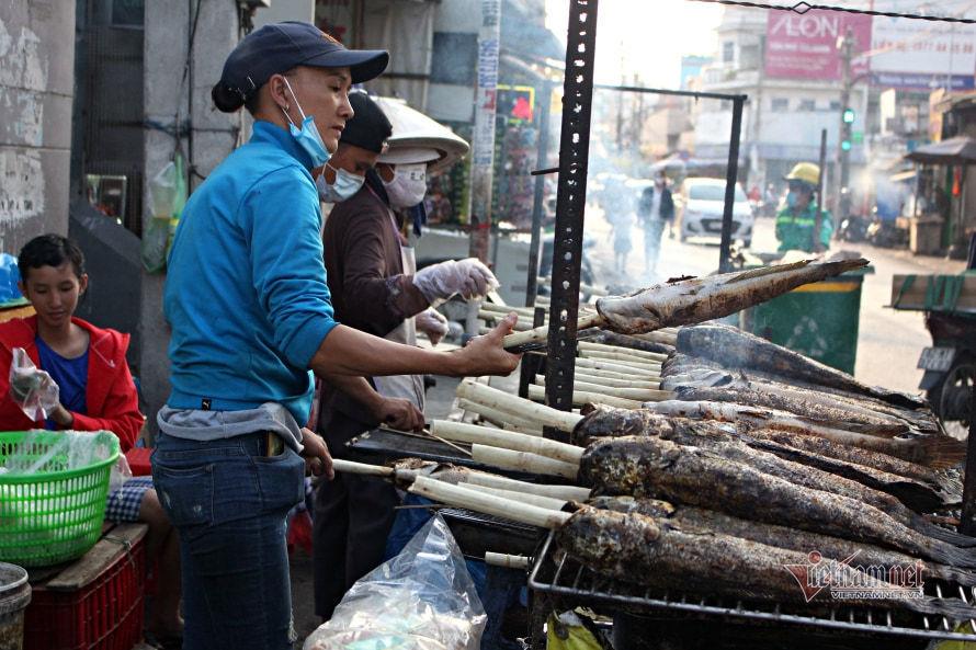 Phố cá lóc nướng ở Sài Gòn 'cháy hàng' ngày vía Thần Tài