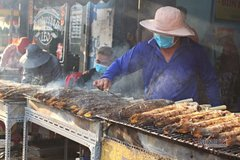 Saigon's broiled snakehead fish street busy on God of Wealth Day