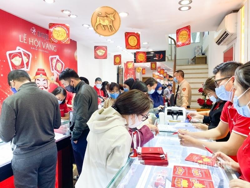 Hãng vàng trúng đậm: Bán online tăng 6 lần, khách vẫn chen kín cửa hàng