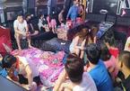 Phớt lệnh cấm, quán karaoke mở cửa cho khách mang cả chăn gối vào phòng hát