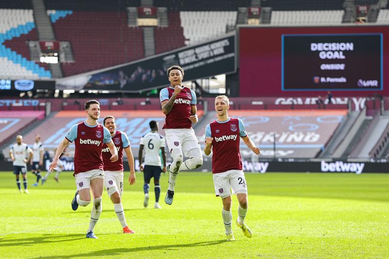 Lingard tỏa sáng, West Ham khiến Mourinho ôm hận