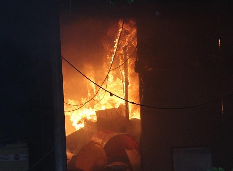 Dãy ki ốt cháy dữ dội đầu năm, người dân nháo nhào bỏ chạy