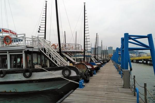 Hạ Long: Hàng trăm con tàu 'chết lặng' trên vịnh