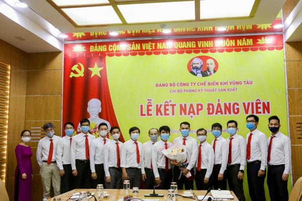 Đảng bộ PV GAS kết nạp đảng viên mới đầu năm 2021
