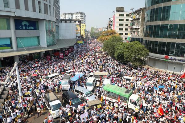Biểu tình 'lớn chưa từng có' rung chuyển Myanmar