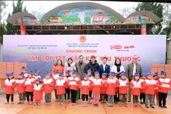 Hoài Linh cùng Hảo Hảo tặng lộc Xuân cho trẻ em nghèo Điện Biên