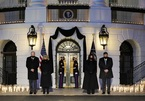 Hình ảnh Nhà Trắng tưởng niệm hàng trăm nghìn người tử vong vì Covid-19
