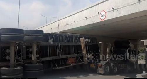 Tài xế container lỡ đễnh khiến xe mắc kẹt dưới gầm cầu vượt