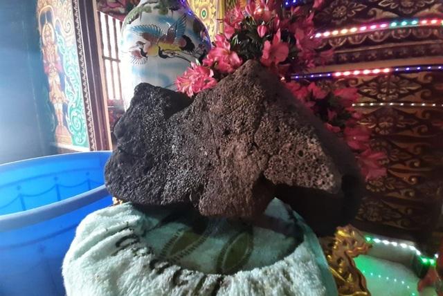 Hai hòn đá nặng hơn 8kg nổi trên mặt nước ở chùa Som Rong tỉnh Sóc Trăng