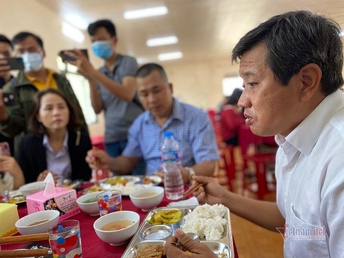 Mức lương 'khủng' của ông Đoàn Ngọc Hải sau 30 phút phụ quán cơm ở Huế