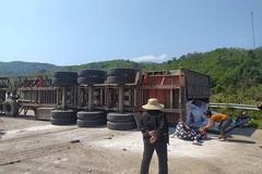 Xe đầu kéo lật đè chết 2 thanh niên ở Quảng Bình