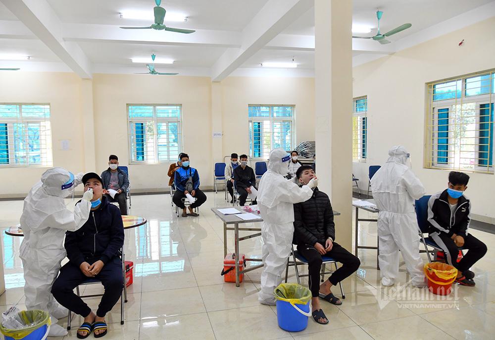 Nghìn thanh niên Thủ đô lấy mẫu xét nghiệm Covid-19 trước ngày nhập ngũ